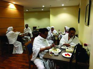 Jemaah makan malam di Hotel